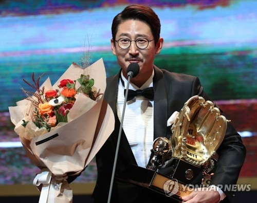 LG Twins' Park Yong-taik holds the Korea Baseball Organization's Golden Glove as designated hitter at a ceremony in Seoul on Dec. 13, 2017. (Yonhap)