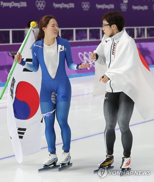 South Korea's Lee Sang-hwa (L) and Japan's Nao Kodaira talk after the women's 500m race of the PyeongChang Winter Olympics at the Gangneung Oval on Feb. 18, 2018. (Yonhap)