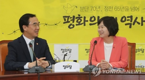 Unification Minister Cho Myoung-gyon (L) holds talks with Lee Jeong-mi, the leader of the minor Justice Party, at the National Assembly in Seoul on May 1, 2018. (Yonhap)