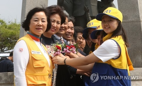 Student representatives offer a carnation to teachers at Ganggyeong High School in South Chungcheong Province on May 13, 2017, in this file photo. (Yonhap)