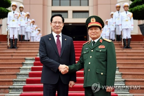 Defense Minister Song Young-moo (L) shakes hands with his Vietnamese counterpart Ngo Xuan Lich before their talks in Hanoi on June 4, 2018, in this photo, provided by Song's office. (Yonhap)