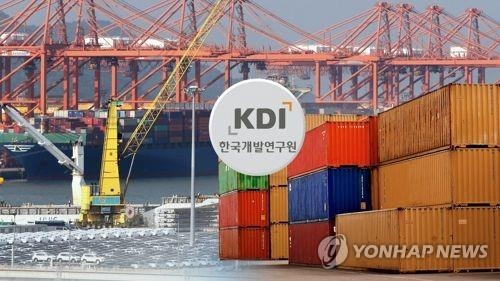 This image shows the KDI logo superimposed over photos of shipping containers and cars at a South Korean port. (Yonhap)