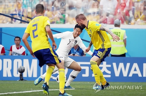 In this file photo taken on June 18, 2018, South Korea's Son Heung-min (C) tries to control the ball during the 2018 FIFA World Cup Group F match against Sweden at Nizhny Novgorod Stadium in Nizhny Novgorod, Russia. (Yonhap)