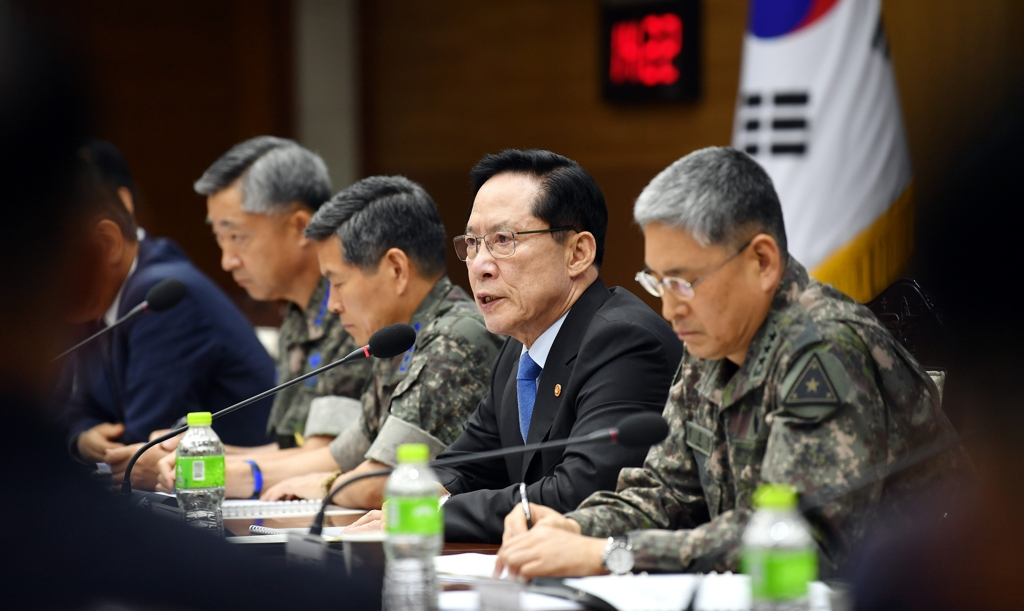 Defense Minister Song Yong-moo (2nd from R) speaks during a meeting of top ministry and military officials at the ministry's building in Seoul on July 4, 2018, in this photo provided by his office. (Yonhap)