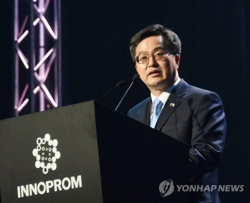 South Korean Finance Minister Kim Dong-yeon speaks during the opening ceremony for the industrial trade fair INNOPROM-2018 in Ekaterinburg, Russia, on July 9, 2018. (Yonhap)