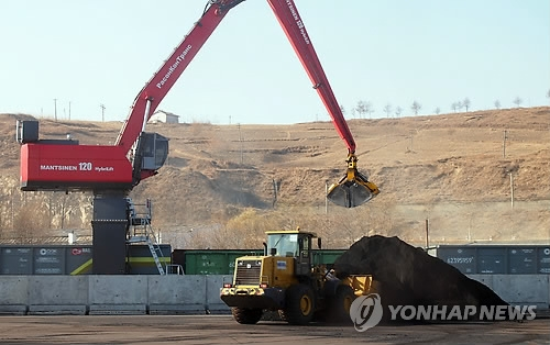 This undated file photo shows North Korean coal being loaded at the port of Rajin. (Yonhap)