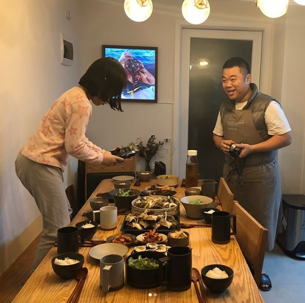 This photo provided by comedian Jeong Jong-chul shows one of his daughters taking a photo of dinner prepared by Jeong. (Yonhap)