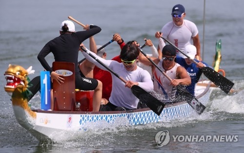 South Korean paddlers in dragon boat racing practice at Chungju Tangeum Lake International Rowing Center in Chungju, about 150 kilometers south of Seoul, on July 23, 2018. They will be on the same team with North Korean athletes at the Aug. 18-Sept. 2 Asian Games in Indonesia. (Yonhap)