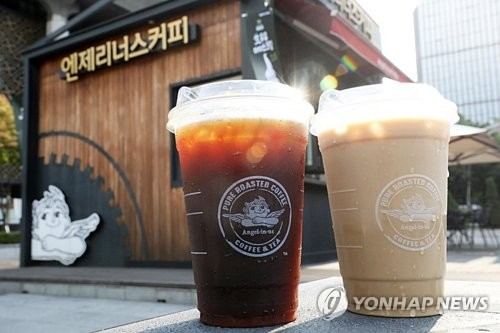 This undated photo, provided by Angel-in-us Coffee, the cafe chain operated by South Korean retail giant Lotte, shows lids for its cold drinks that do not require straws. The coffee chain said it will gradually implement the lids in its stores starting Aug. 13, 2018. (Yonhap)