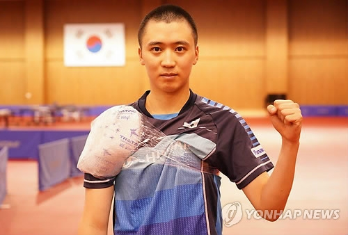 South Korean table tennis player Jeoung Young-sik poses for a picture while icing down his right shoulder at the Jincheon National Training Center in Jincheon, 90 kilometers south of Seoul, on Aug. 8, 2018. (Yonhap)