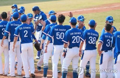 South Korean baseball players celebrate their 5-1 victory over Japan in the super round at the 18th Asian Games at GBK Baseball Field in Jakarta on Aug. 30, 2018. (Yonhap)