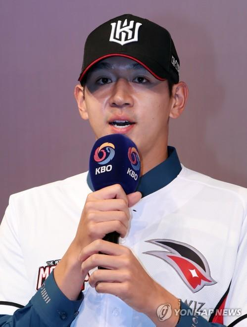 South Korean pitcher Rhee Dae-eun speaks after being selected first overall by the KT Wiz at the annual Korea Baseball Organization draft in Seoul on Sept. 10, 2018. (Yonhap)