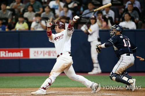 Park Byung-ho of the Nexen Heroes (L) hits a three-run home run against the Doosan Bears in the bottom of the seventh inning of a Korea Baseball Organization regular season game at Gocheok Sky Dome in Seoul on Sept. 18, 2018, in this photo provided by the Heroes. (Yonhap)