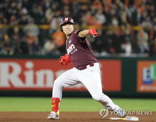 Song Sung-mun of the Nexen Heroes celebrates his pinch-hit, RBI single against the Hanwha Eagles in the top of the seventh inning of Game 2 of the Korea Baseball Organization's first-round postseason series at Hanwha Life Eagles Park in Daejeon, 160 kilometers south of Seoul, on Oct. 19, 2018. (Yonhap)