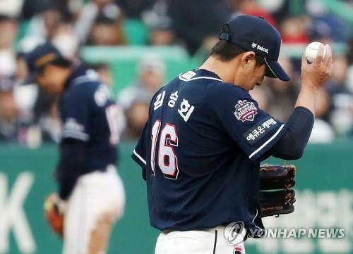 Kim Seung-hye of the Doosan Bears reacts to his bases-loaded walk issued to Kim Sung-hyun of the SK Wyverns in the bottom of the eighth inning of Game 5 of the Korean Series at SK Happy Dream Park in Incheon, 40 kilometers west of Seoul, on Nov. 10, 2018. (Yonhap)