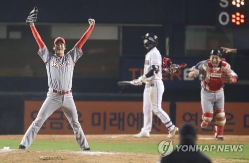 Kim Kwang-hyun of the SK Wyverns (L) celebrates after his final strikeout against the Doosan Bears in the bottom of the 13th inning of Game 6 of the Korean Series at Jamsil Stadium in Seoul on Nov. 12, 2018. (Yonhap)