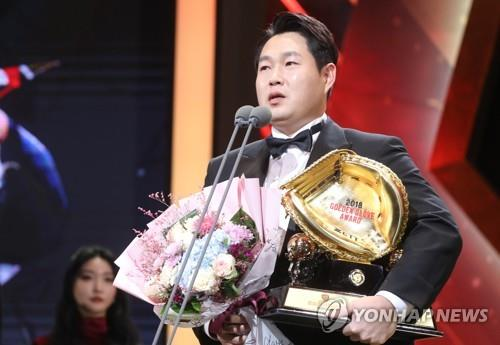 Free agent catcher Yang Eui-ji speaks on stage after winning his fourth career Golden Glove in the Korea Baseball Organization during an awards ceremony in Seoul on Dec. 10, 2018. (Yonhap)