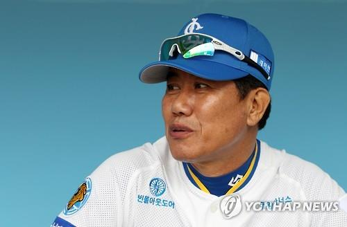 This file photo from March 19, 2016, shows Kim Si-jin, a former Korea Baseball Organization (KBO) All-Star pitcher and manager, during a charity game at Daegu Samsung Lions Park in Daegu, 300 kilometers southeast of Seoul. (Yonhap)