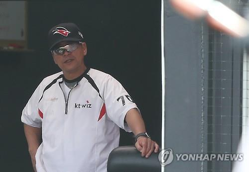 In this file photo from July 13, 2016, Cho Bum-hyun, then manager of the KT Wiz, watches his team in action against the Nexen Heroes in a Korea Baseball Organization regular season game at KT Wiz Park in Suwon, 45 kilometers south of Seoul. (Yonhap)