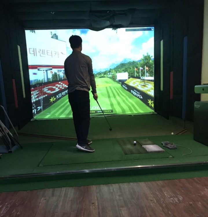 This file photo shows an indoor screen golf facility located in the financial district of Yeouido in western Seoul. (Yonhap)