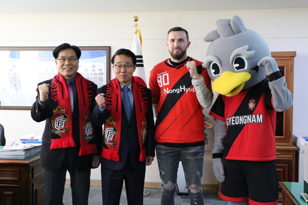 This photo posted on Gyeongnam FC website shows the club's new signing Jordon Mutch (3rd from L) posing for a photo with club officials. (Yonhap)
