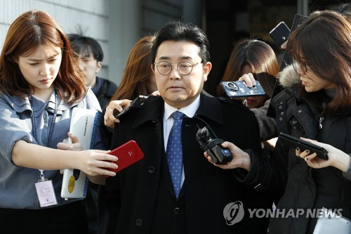 (LEAD) Ex-Moon aide handed 6-year prison term for graft, avoids detention