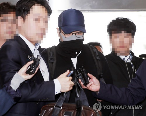 A grandson of Hyundai Group founder Chung Ju-yung (C) is taken to the Incheon Metropolitan Police Agency in Incheon, west of Seoul, on April 21, 2019, after being arrested for suspected illegal drug use upon arriving at Incheon airport. (Yonhap)