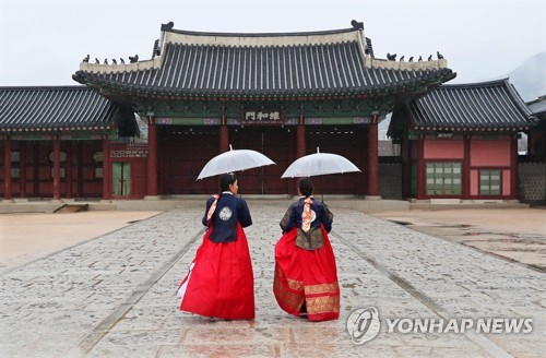 "This file photo, dated Feb. 3, 2019, shows foreign tourists in the traditional Korean attire of ""hanbok"" visiting Gyeongbok Palace in Seoul. (Yonhap)"