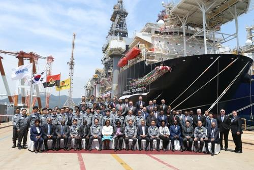 This photo shows employees at Daewoo Shipbuilding & Marine Engineering Co. and officials from Angolan oil company Sonangol posing for a photo at a handover ceremony of a drill ship at Okpo Shipyard in Geoje, South Korea. (Yonhap)