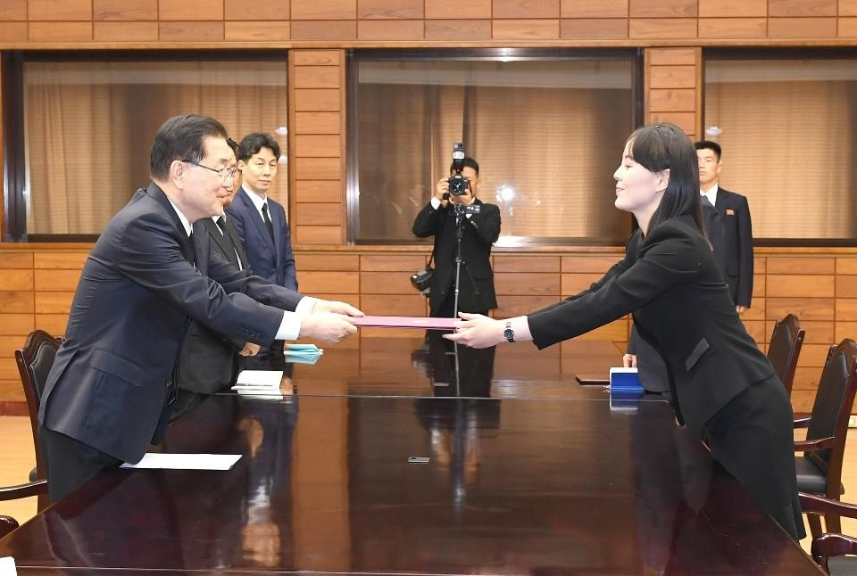 This photo, provided by the unification ministry, shows Chung Eui-yong (L), head of South Korea's presidential National Security Office, and North Korean leader Kim Jong-un's sister, Kim Yo-jong (R), during a meeting held at the border village of Panmunjom on June 12, 2019, to deliver a message and flowers that leader Kim sent for the funeral of former first lady Lee Hee-ho, who died on June 10. (PHOTO NOT FOR SALE)(Yonhap)