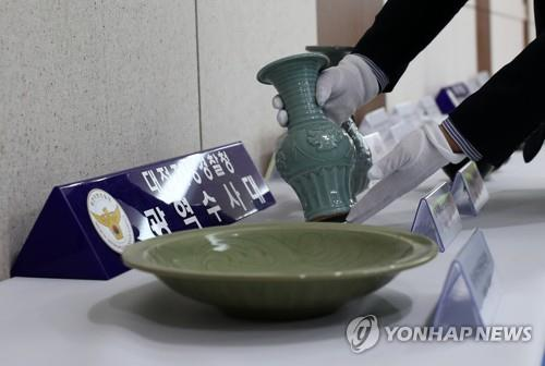 This photo provided by the Daejeon Metropolitan Police Agency shows an ancient Chinese celadon seized from a 63-year-old Seoul man. (PHOTO NOT FOR SALE) (Yonhap)