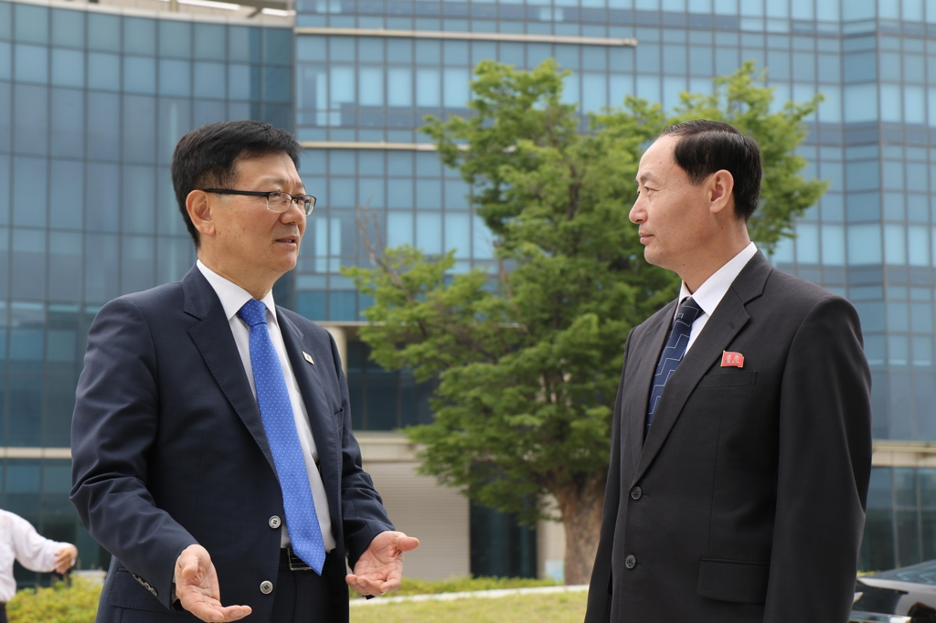 This photo provided by the unification ministry shows Vice Unification Minister Suh Ho (L) speaking with Kim Yong-chol, an acting deputy chief of the liaison office from the North Korean side, in front of the office building in the North's border town of Kaesong on June 14, 2019. (Yonhap)