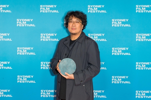 This photo provided by CJ ENM shows Bong Joon-ho with the top prize from the 2019 Sydney Film Festival. (PHOTO NOT FOR SALE) (Yonhap)