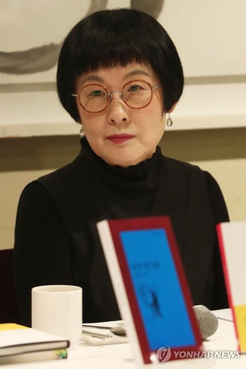Griffin-winning Korean poet Kim Hye-soon speaks during a press conference on June 25, 2019. (Yonhap)