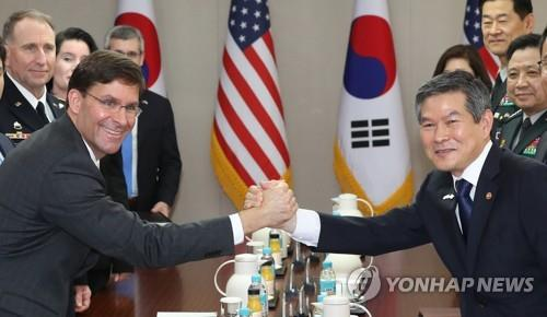 South Korean Defense Minister Jeong Kyeong-doo (R) and U.S. Secretary of Defense Mark Esper clasp hands ahead of their talks at the defense ministry in Seoul on Aug. 9, 2019. (Yonhap)