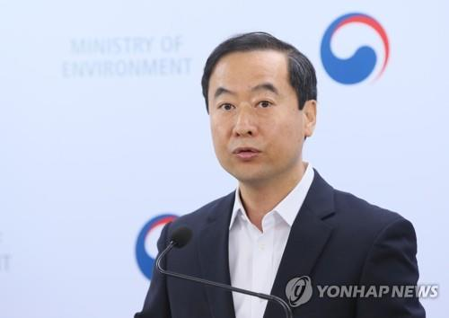 Kim Dong-jin, spokesman of the Ministry of Environment, announces the government's decision to strengthen environmental and health safety inspections of battery, tire and plastic waste imports from Japan, at the Sejong Government Complex on Aug. 16, 2019. (Yonhap)