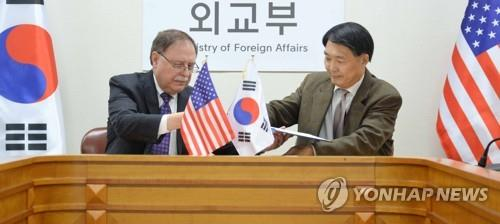 Chang Won-sam (R), South Korea's delegate to defense cost talks with the United States, exchanges a letter of accord with his counterpart Timothy Betts in a signing ceremony in Seoul on Feb. 10, 2019, in this photo provided by the foreign ministry. (PHOTO NOT FOR SALE) (Yonhap)