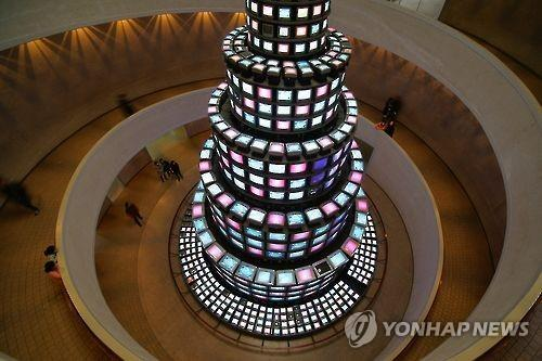"This file photo image shows Paik Nam-june's ""The More The Better"" installed at the National Museum of Modern and Contemporary Art (MMCA) in Gwacheon, south of Seoul. (Yonhap)"