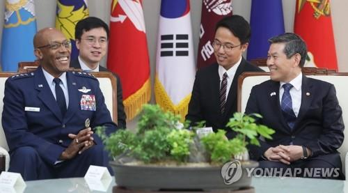 Defense Minister Jeong Kyeong-doo (R) speaks with U.S. Pacific Air Forces commander Gen. Charles Brown in Seoul on Oct. 16, 2019. (Yonhap)