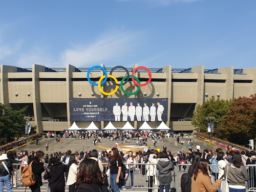 Fans surround Jamsil Sports Complex's Seoul Olympic Stadium on Oct. 26, 2019, ahead of the first of three BTS concerts at the venue. (Yonhap)