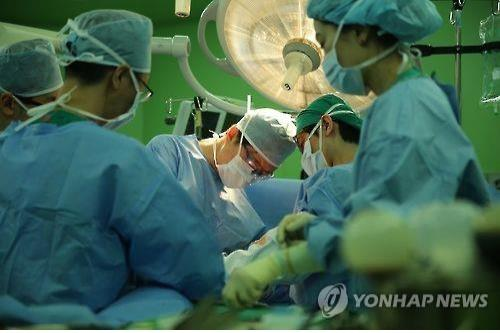 This undated photo provided by Asan Medical Center shows doctors in surgery. (PHOTO NOT FOR SALE) (Yonhap)