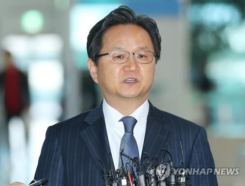 Chung Hae-kwan, director-general of multilateral and legal affairs at South Korea's Ministry of Trade, Industry and Energy, speaks to reporters at Incheon International Airport, west of Seoul, on Nov. 18, 2019. (Yonhap)