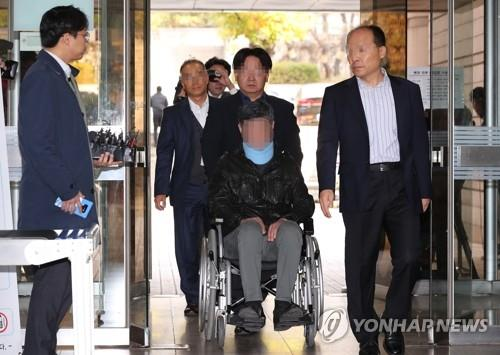 The younger brother of former Justice Minister Cho Kuk is pushed in a wheelchair into the Seoul Central District Prosecutors Office in southern Seoul during an investigation on Oct. 31, 2019. (Yonhap)