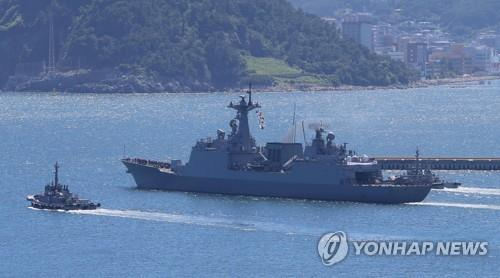 The Kang Gam Chan, a 4,400-ton South Korean destroyer, leaves a naval base in Busan on Aug. 13, 2019, to carry a 300-strong contingent of the Cheonghae Unit. (Yonhap)