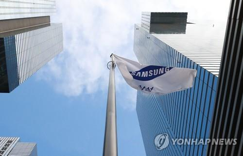 (LEAD) Samsung estimates Q4 earnings dip 34 pct on weak chip prices - 1