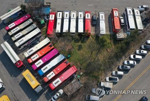 Tour buses are parked at a logistics terminal in Daegu, 300 kilometers southeast of Seoul, on Feb. 20, 2020. Thirty-eight new coronavirus cases were reported in the city on Feb. 21, 2010. (Yonhap)