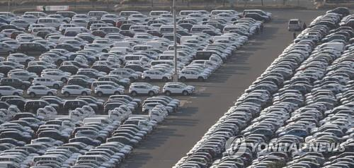 This photo, taken on March 18, 2020, shows completed vehicles lined up at Hyundai Motor's port in Ulsan, about 410 kilometers southeast of Seoul. (Yonhap)