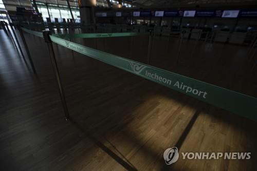 No people are seen at the departure lobby of Incheon airport, west of Seoul, on April 6, 2020, amid the spread of the novel coronavirus. In the fourth week of March, the number of international air passengers plunged 95.5 percent from a year earlier to 78,599, industry sources said the previous day. (Yonhap)