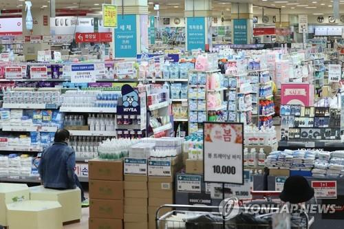 A retail outlet in Seoul is quiet amid the continued spread of the new coronavirus on March 18, 2020, in this file photo. (Yonhap)