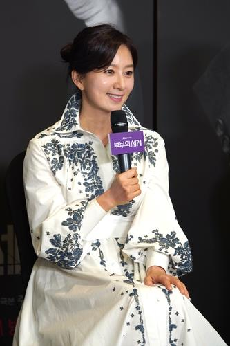 Actress Kim Hee-ae speaks at a press conference streamed online on April 24, 2020, in this photo provided by JTBC. (PHOTO NOT FOR SALE) (Yonhap)